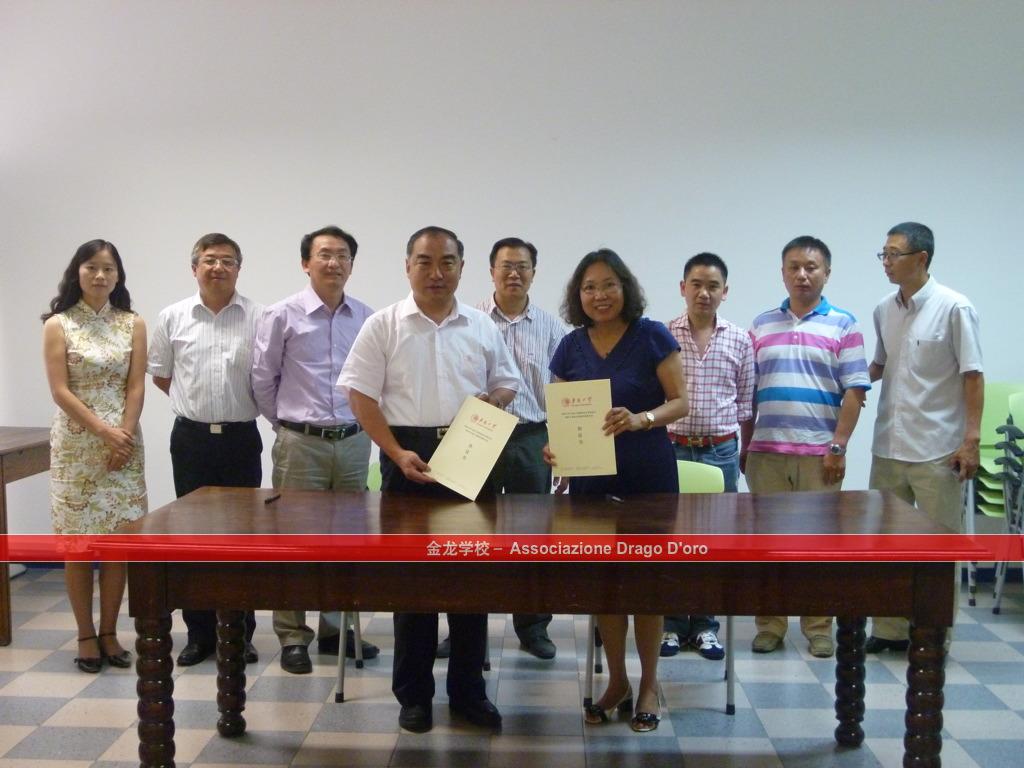 4 贾校长与李雪梅校长签署完毕协议