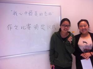 章家瑜(左一)