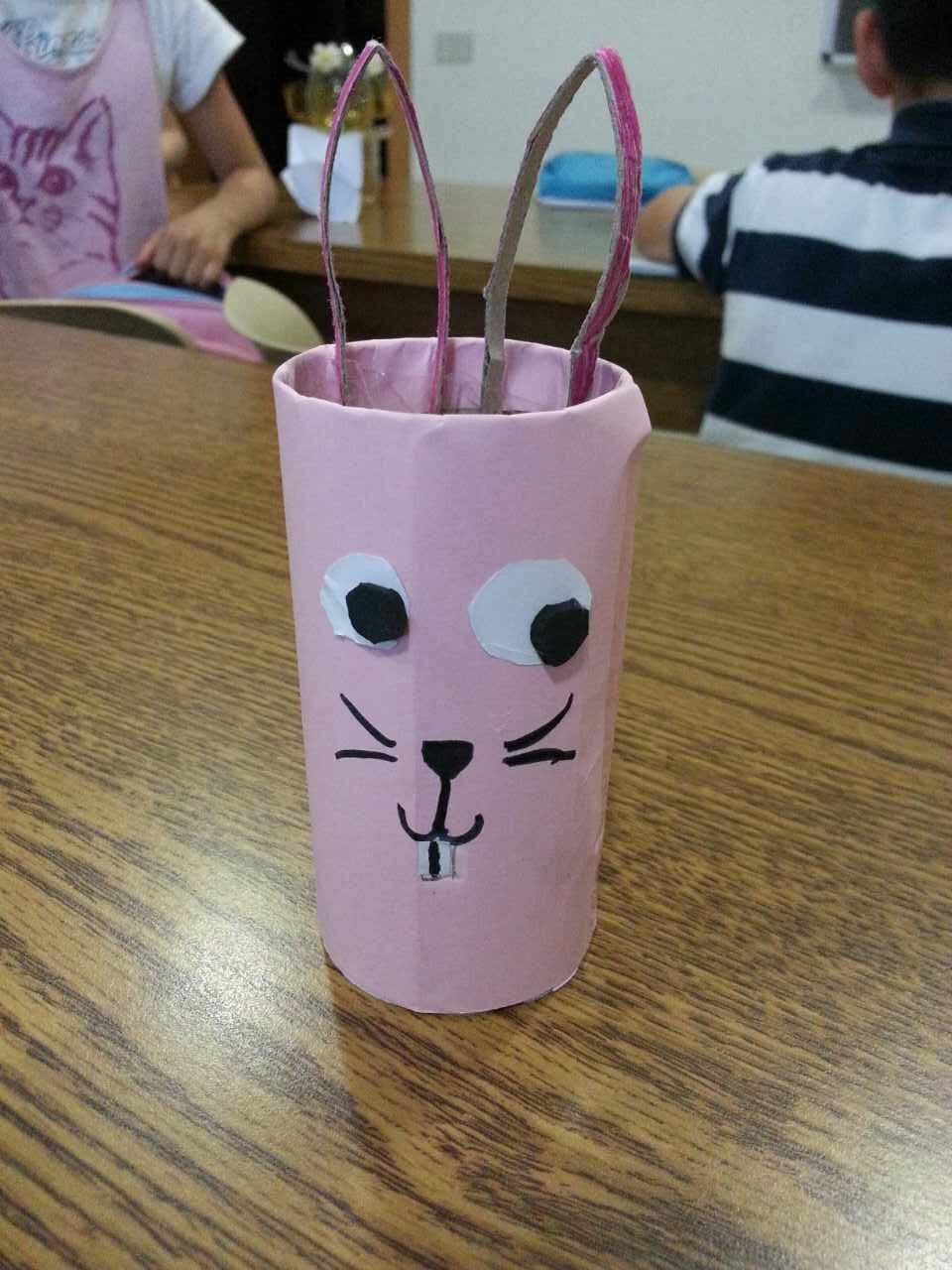 一张张彩纸在同学们的手中不一会儿就变成了一个个栩栩如生的小动物和