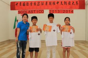 牛媛媛老师(左一)为中级组二等奖获得者陈近圆(左二)、赵文彬(右二)及高淑芬(右一)同学颁奖并亲切合影