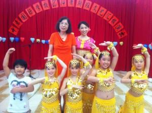 校长李雪梅博士(后排左一)与小演员们合影留念